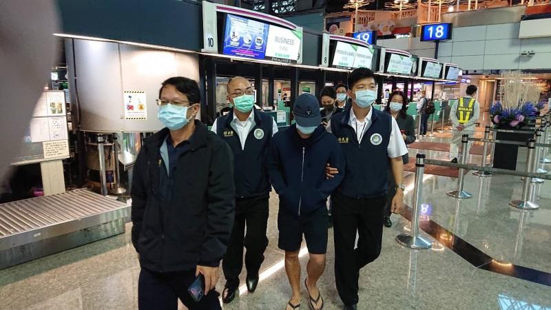 李彬豪(右2)今遭強制出境。(記者王冠仁翻攝)