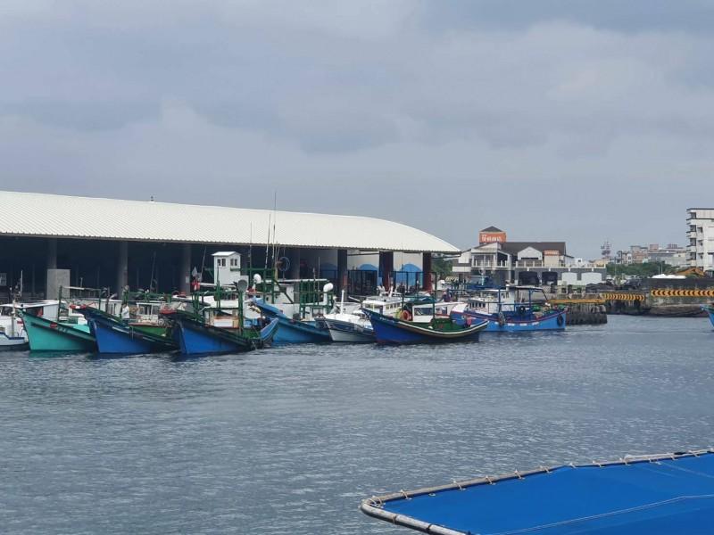 綠島南寮漁港的漁船昨天佔停交通船泊位,表達抗議交通輪拒載魚獲。(記者黃明堂翻攝)