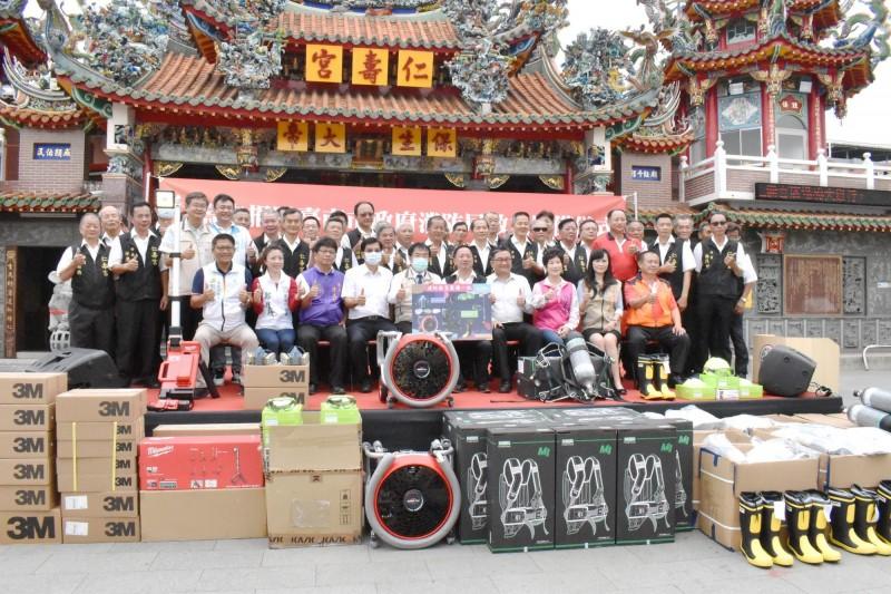 仁壽宮捐助市政府消防局,充實救災裝備。(記者吳俊鋒翻攝)
