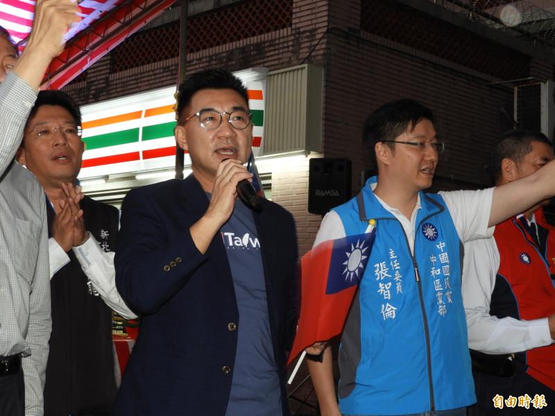 中國國民黨主席江啟臣(左)高唱「月亮代表我的心」。(記者賴筱桐攝)