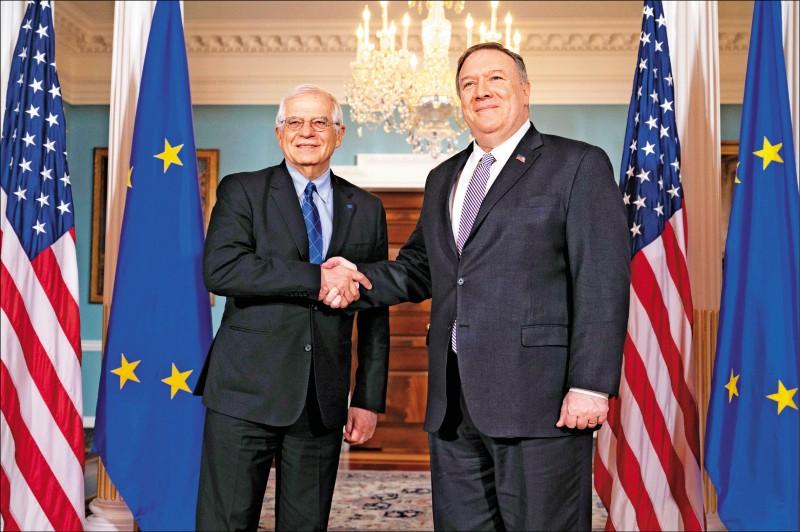 美國國務卿龐皮歐(右)23日透過電話會議,與歐盟外交和安全政策高級代表波瑞爾(左)啟動美歐有關中國的新雙邊對話。圖為兩人2月時在華府會面。 (美聯社檔案照)