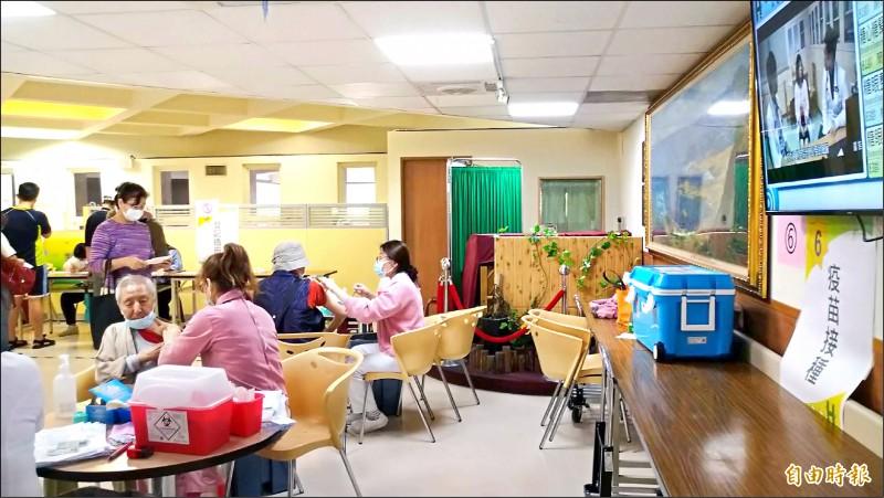 民眾到台北市聯合醫院院區施打流感疫苗。(記者蔡亞樺攝)