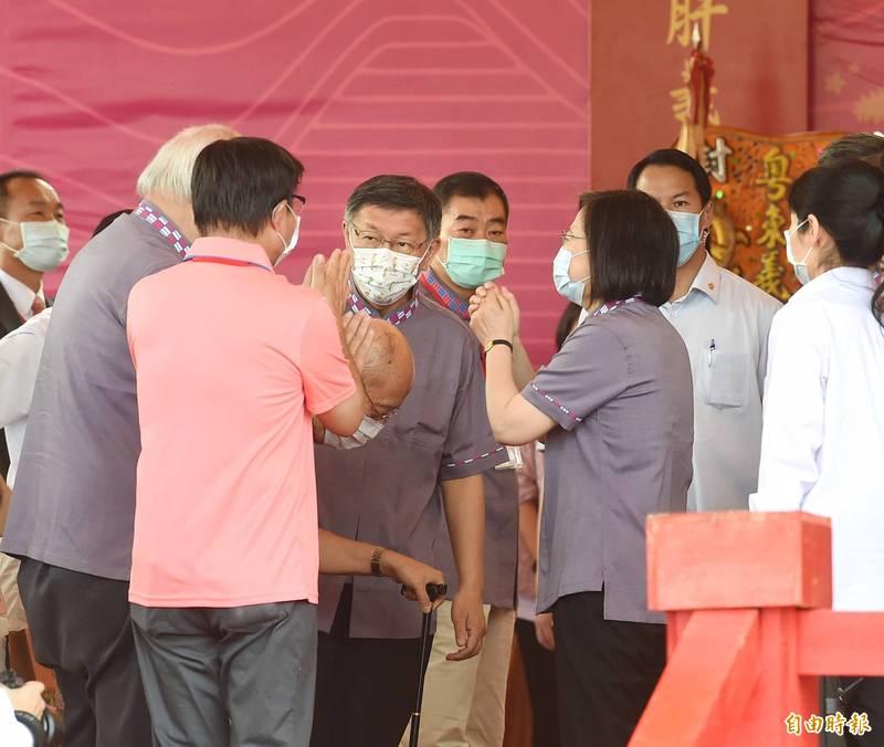 典禮進行中,蔡英文不時與左側的行政院客家委員會主委楊長鎮交談,但與右側的柯文哲則幾無互動。(記者方賓照攝)