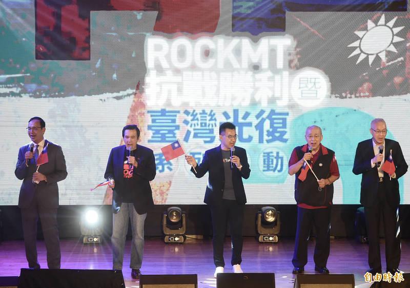 國民黨25日舉行台灣光復75週年紀念音樂會,國民黨主席江啟臣(中)、前主席馬英九(左二)、吳伯雄(右二)、吳敦義(右)、朱立倫(左)出席,合唱「媽媽請妳也保重」、「客家本色」、「愛拼才會贏」等。(記者簡榮豐攝)