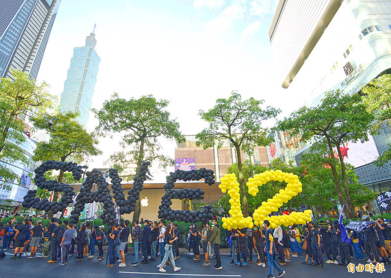 "Protesters yesterday at a rally in Taipei carry balloons arranged to read ""Save 12"" as they call on China to release 12 detained Hong Kongers. Photo: Liu Hsin-de, Taipei Times"