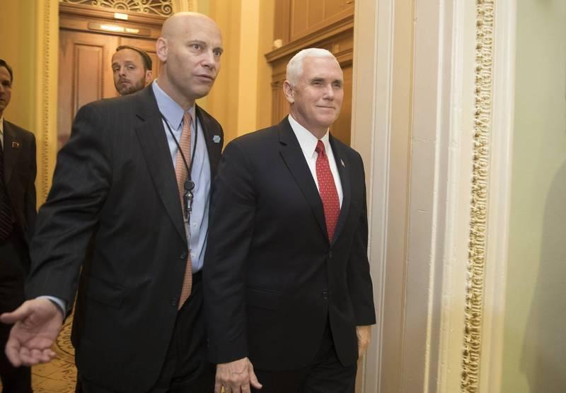 美國副總統彭斯的幕僚長、辦公室主任肖特(左)武漢肺炎確診。(歐新社)