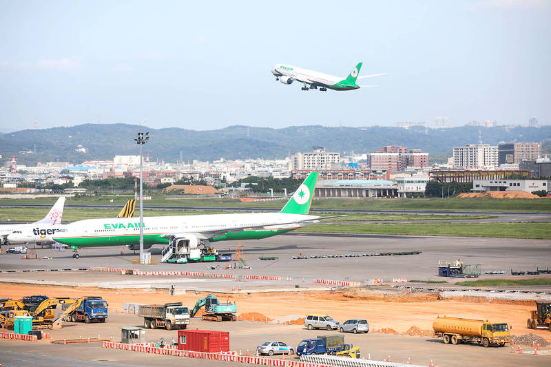 An EVA Airways Corp aircraft takes off at Taiwan Taoyuan International Airport on Sept. 23. The airline partially resumed passenger flights to Bangkok, Thailand, yesterday. Photo: Cheng I-hwa, Bloomberg