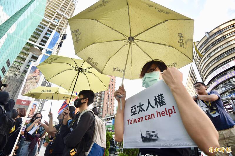 「香港邊城青年」等團體25日發起撐港遊行,隊伍從捷運忠孝復興站走到香港經貿文化辦事處,呼籲台灣社會共同聲援,要求中國立即釋放12港人。(記者羅沛德攝)