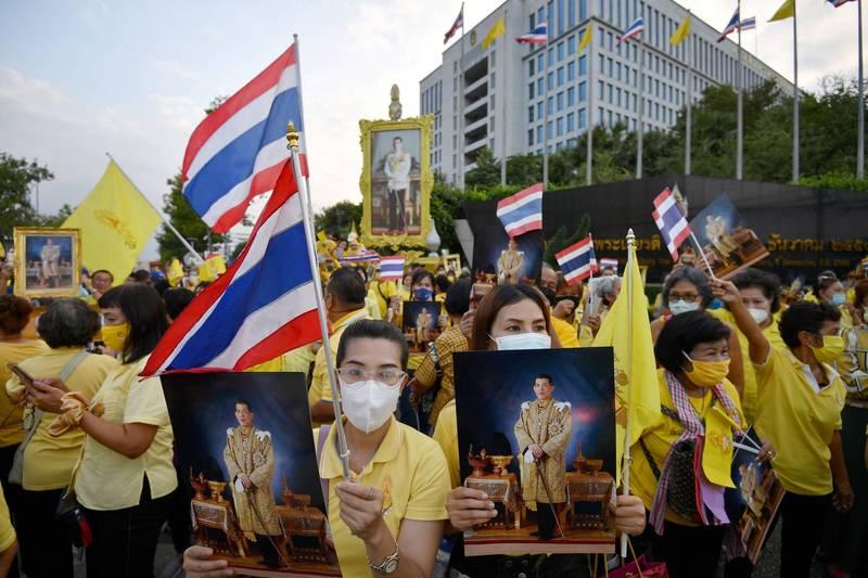 泰國黃衫軍支持君主體制,反對相關憲政改革,他們今日表示將在立法議會外過夜,以保護議會不受反政府的抗議民眾威脅。(資料照,路透)