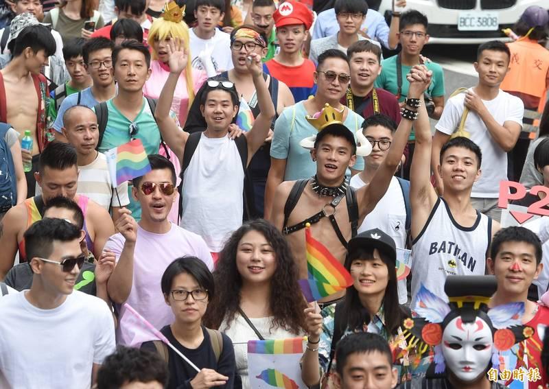 31日將登場的台灣同志遊行今年將是第18年,蔡英文表示將贈送遊行者限量版「彩紅口罩」。(資料照)