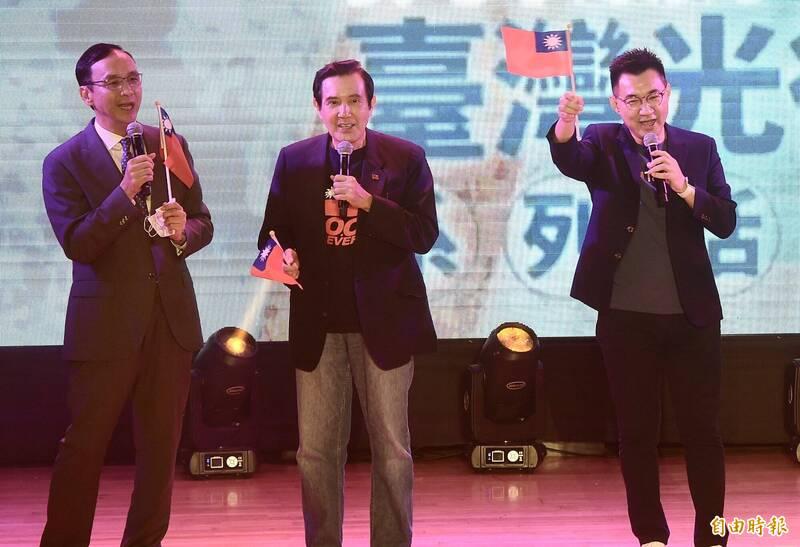 國民黨25日舉行台灣光復75週年紀念音樂會,國民黨主席江啟臣(右)、前主席馬英九(中)、朱立倫(左)等出席,合唱「媽媽請妳也保重」、「客家本色」、「愛拼才會贏」。(記者簡榮豐攝)