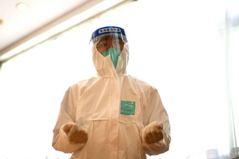 新疆喀什今天檢出137例2019冠狀病毒疾病(COVID-19)無症狀感染者,都與昨天發現病例的父母所在工廠有關,當地已啟動一級應急響應,中國國家衛健委也已派工作組趕赴當地。圖為中國醫療人員。(法新社)