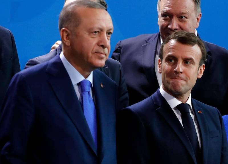 土耳其總統艾多根(左)在公開場合酸法國總統馬克宏(右)該去看心理醫生,法國因此召回大使抗議。(法新社)