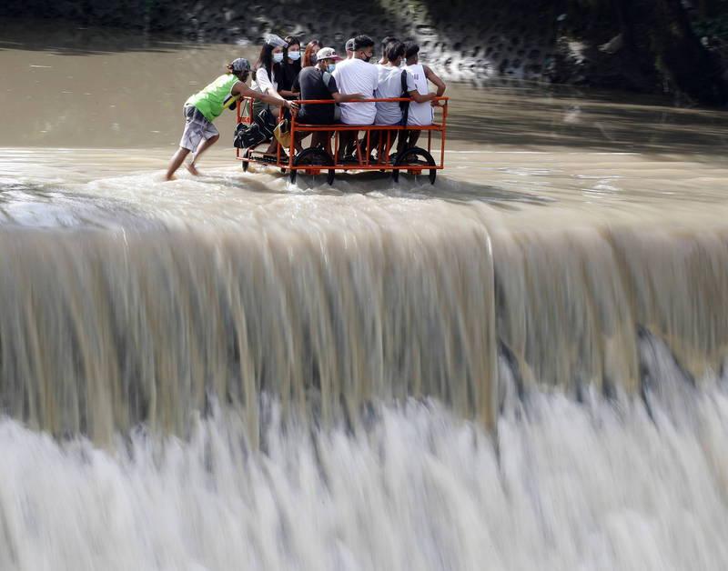 颱風「莫拉菲」今日於菲律賓呂宋島南部登陸,當地民眾趕忙撤離。(歐新社)