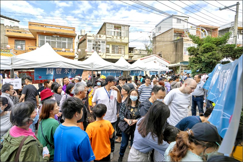 新竹市米粉節昨天在米粉故鄉南勢登場,吸引滿滿人潮。(市府提供)