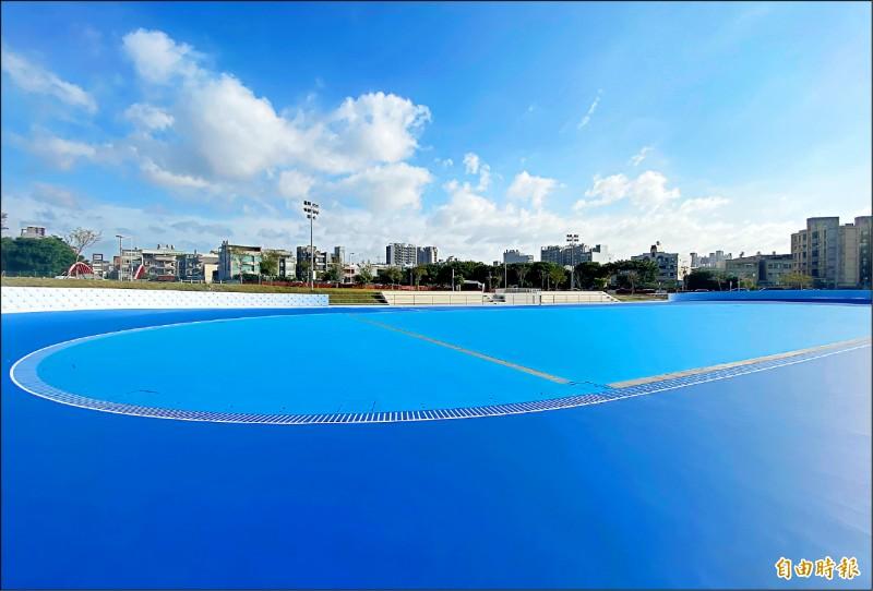 新竹縣首座國際標準200公尺競速滑輪溜冰場近期就將完工啟用。(記者黃美珠攝)