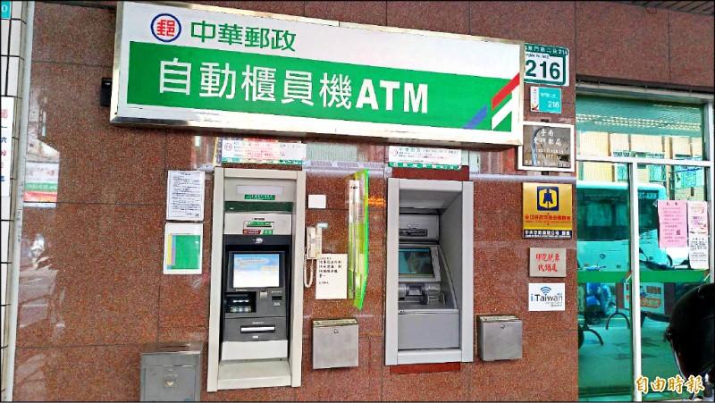 工程師偷到郵局提款機鈔票箱鑰匙,到另家郵局行竊。 (圖為示意圖,非新聞事件提款機,記者王俊忠攝)