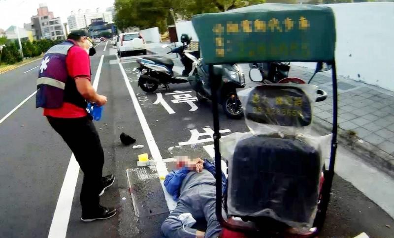 涂姓阿公騎四輪電動車過彎時摔倒。(記者林宜樟翻攝)