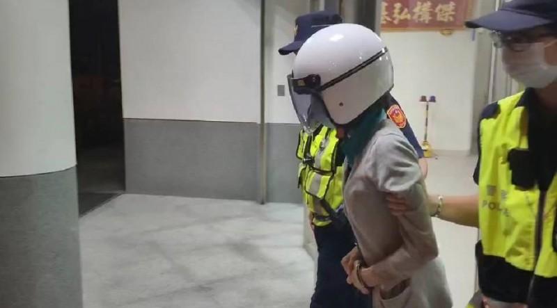 警方將涉持菜刀殺害女兒的蔡姓母親移送偵辦。(記者王俊忠翻攝)