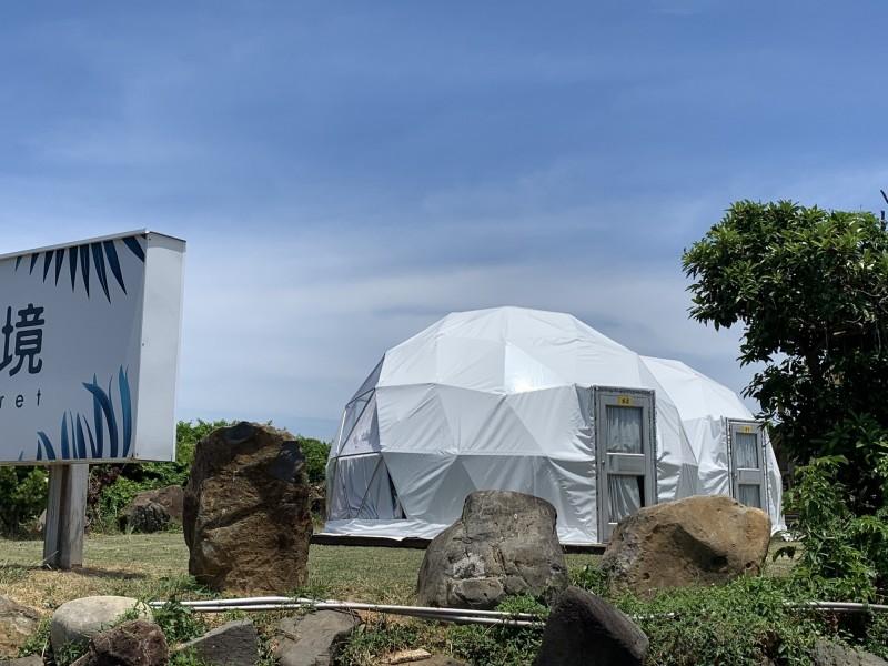 新北市有業者在石門區的保護區違法搭設蒙古包帳篷做營利使用。(圖由民眾提供)