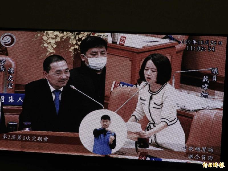 新北市議員戴瑋姍今天在議會質詢市府L女職員墜樓案的行政調查結果。(記者賴筱桐攝)