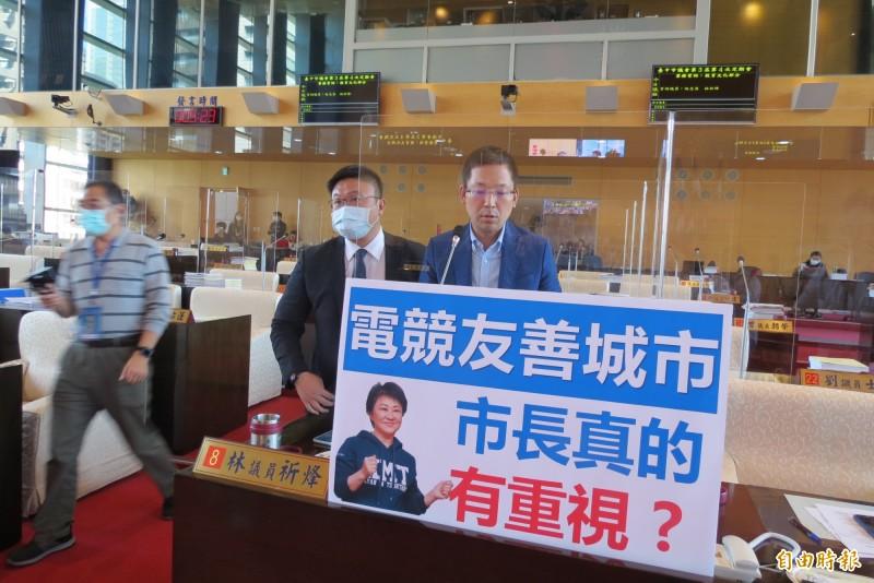 中市議員林祈烽(右)和施志昌(左)在市議會質疑市府是否重視電競運動。(記者蘇金鳳攝)