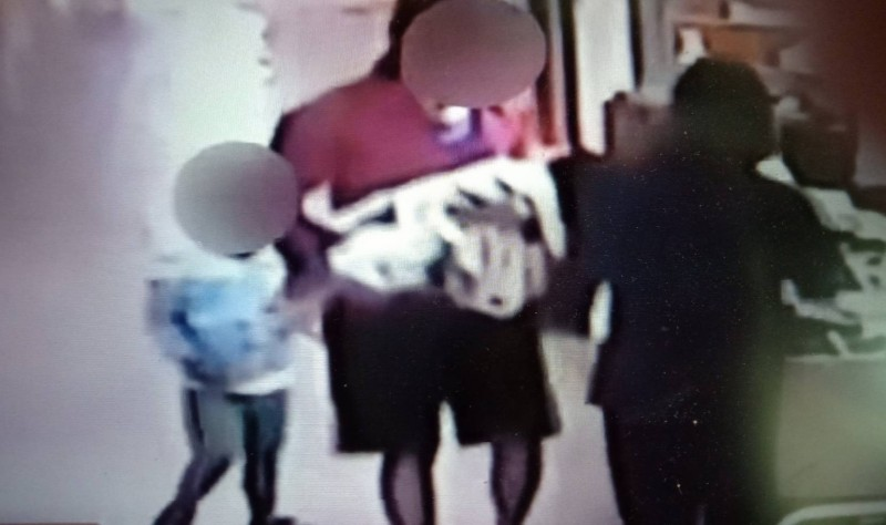 監視器拍攝徐姓保母抱著男童趕到旗山醫院。(記者蔡清華翻攝)