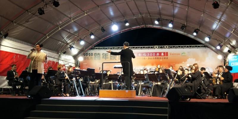 去年彰化市公所的跨年晚會,還有國台交表演,還有金曲歌王殷正洋登台高唱。(彰化市公所提供)