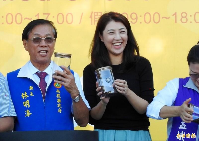藍營立委許淑華(中)上廣播節目承認去割眼袋,她在咖啡巧克力節開幕時笑臉盈盈。(記者陳鳳麗攝)