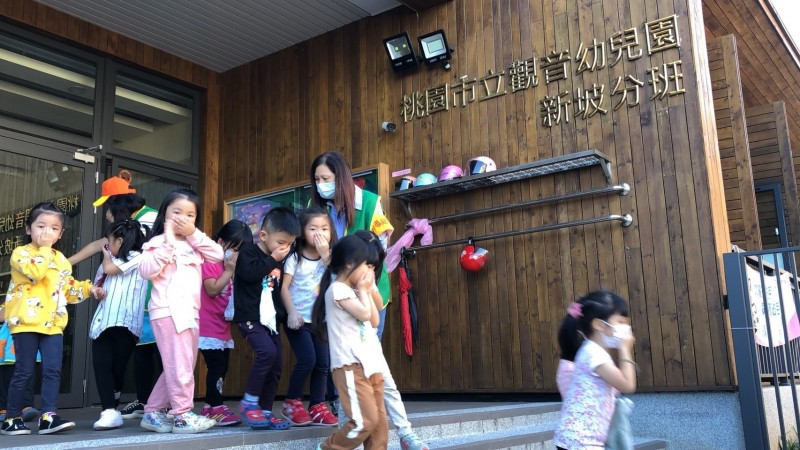 桃園市立觀音幼兒園新坡分班學童們摀著口鼻配合消防演練,非常逼真。(記者周敏鴻翻攝)