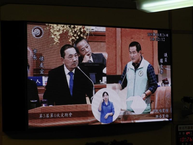 新北市議員羅文崇(右)今天質詢市長侯友宜自助選物販賣議題。(記者賴筱桐翻攝)