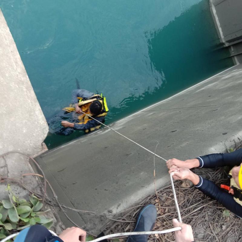 消防人員趕到先拋下救生圈救鄭男。(記者歐素美翻攝)