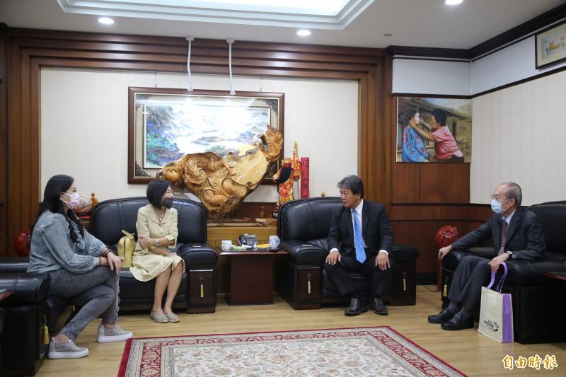 葉宜津(左二)和林國明(右)到台南市議會拜會議長郭信良(右二),市議員林燕祝(左)到場向兩位監委陳情鎮交流道改名一事。(記者蔡文居攝)