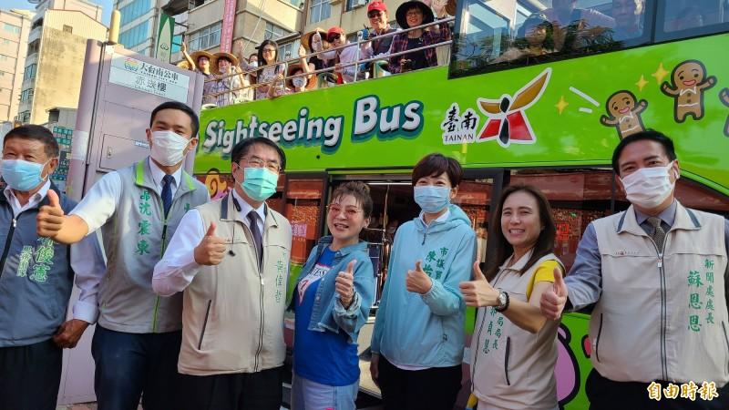 台南市長黃偉哲(左3)與台南女兒王彩樺(左4)一起帶路陪伴搭乘環島遊輪來台南的30名旅客乘坐雙層巴士遊台南。(記者劉婉君攝)