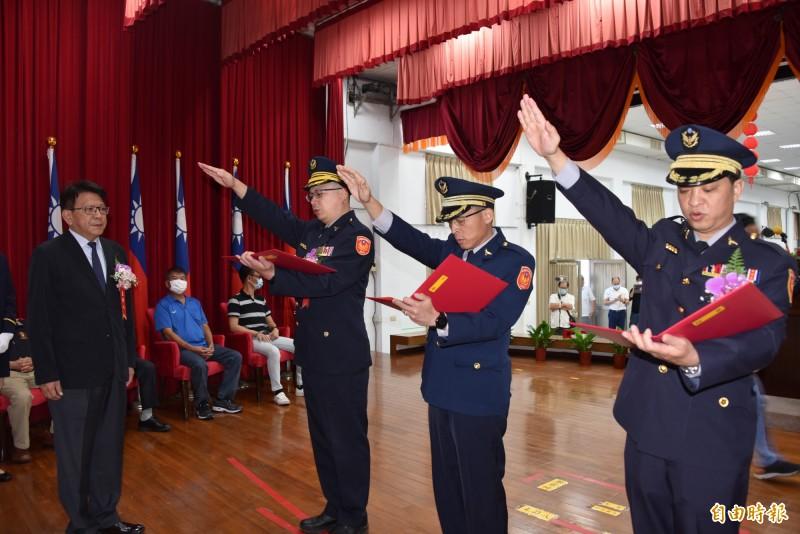 屏東縣警局3個分局長在縣長潘孟安監誓下宣誓就任。(記者葉永騫攝)