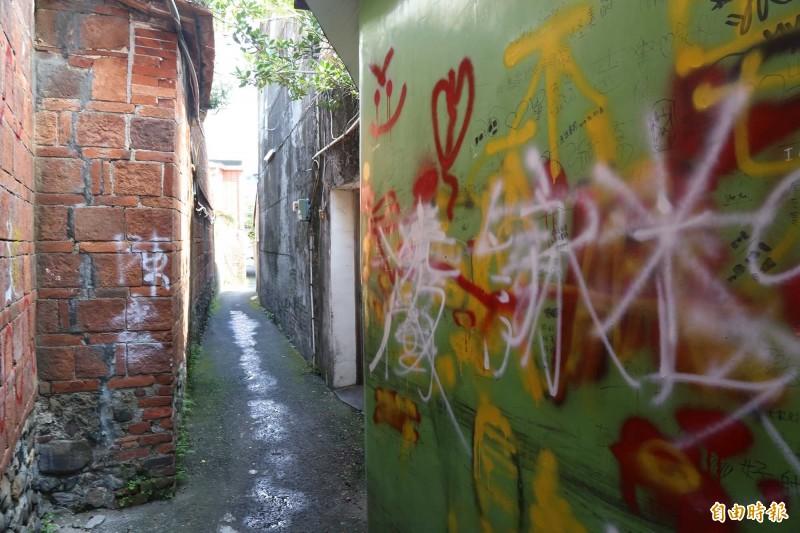 老屋管理人周建昇說,潮州摸乳巷的噴漆明顯是道德教育大失敗。(記者邱芷柔攝)