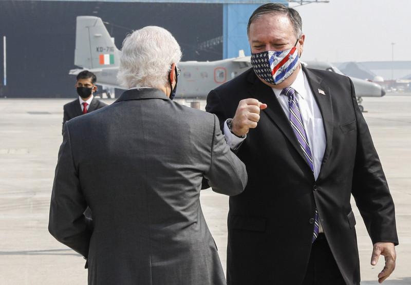 美國國務卿龐皮歐(圖右)26日抵達印度,美國駐印度大使賈斯特(圖左)特別至機場迎接。(美聯社)