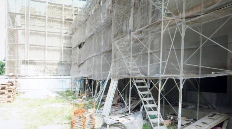 南投縣草屯鎮郊有疑似逃逸移工摔落在建案工地的2樓鷹架上。(民眾提供)
