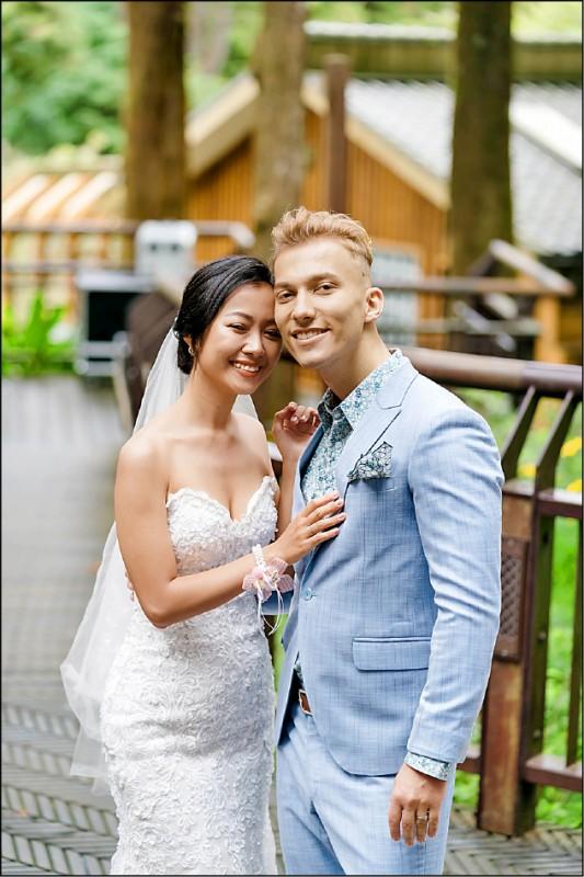 屏東排灣族新娘謝佳琳與捷克籍新郎馬雷克,參加阿里山神木下婚禮。(阿里山國家風景區管理處提供)