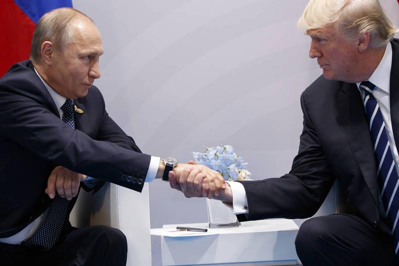 俄羅斯總統普廷(左)表示,他沒發現杭特過去與烏克蘭或俄羅斯的商業往來有任何犯罪行為。圖為川普(圖右)於2017年7月7日在G20峰會與普廷握手(圖左)。(美聯社資料照)