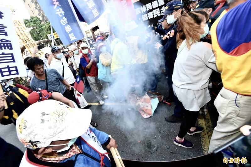 民眾赴NCC聲援中天,在人群中燃放鞭炮。(記者塗建榮攝)