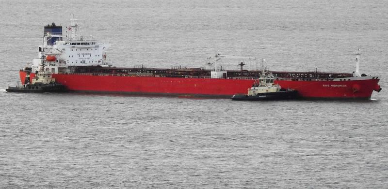 英國軍方登船解救被挾持船員,並拘捕劫船的7名偷渡者。(路透)