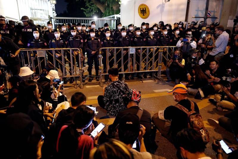 泰國反政府民眾今向曼谷的德國大使館請願,要求德國調查泰王在德國「遠距治國」,干涉泰國內政是否違法。(路透)