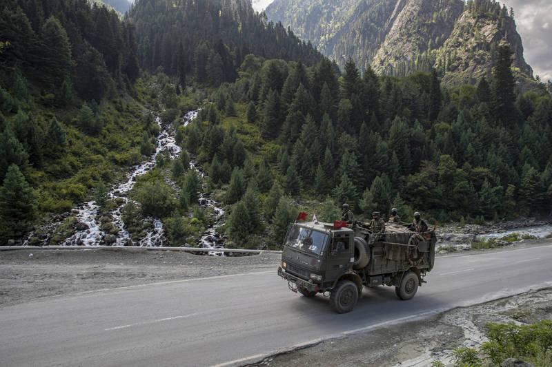 昨天推特有多名印度網友發推文,聲稱中共解放軍又擄走20多名印度軍人,對此中共官媒反駁此消息是假新聞。圖為印度的邊境駐軍。(美聯社)