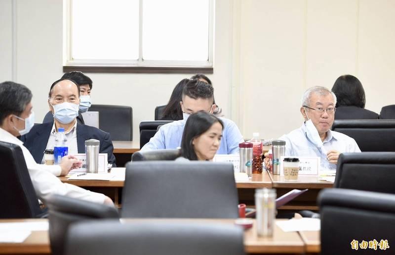 立法院聯席會議,前農委會主委林享能(左一)、陳保基(右一)都出席。(記者羅沛德攝)