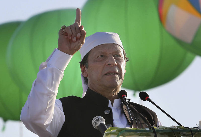 巴基斯坦總理伊姆蘭汗(如圖)對法國總統馬克宏的言論表達了不滿,他認為馬克宏的言詞會導致更大的社會對立。(美聯社)