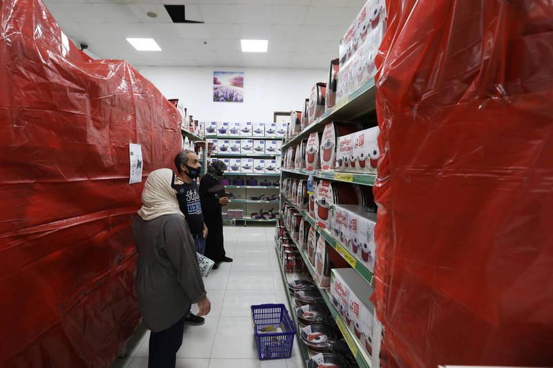 法國總統馬克宏言論引起中東國家不滿,約旦購物中心將放有法國產品的層架全部遮蓋。(路透)