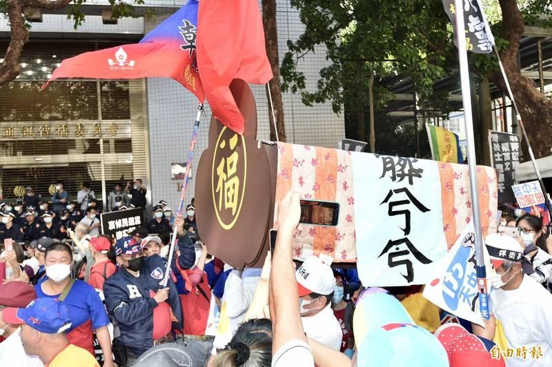 333政黨團結聯盟等團體舉辦「挺中天~反對撤照!」集會活動,在NCC濟南路辦公室外面抬棺抗議,與警方發生推擠衝突。(記者塗建榮攝)