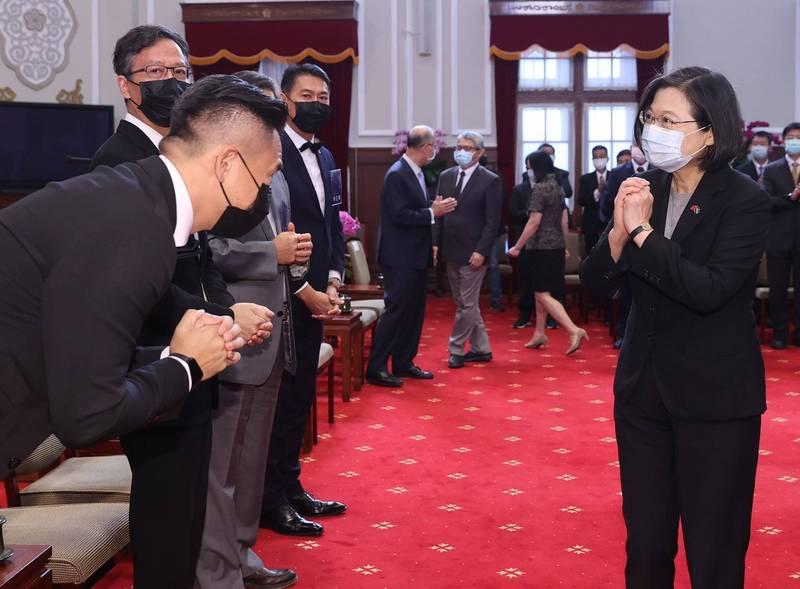 總統蔡英文(前右)26日在總統府接見2020年建築園冶獎得獎單位,肯定優秀又有創意的建築景觀作品。(中央社)