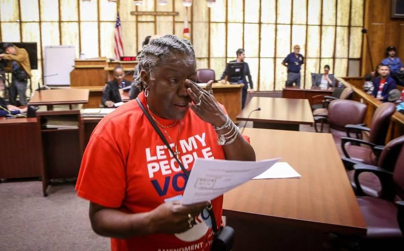 美國佛州重罪前科犯首次獲得投票權,預估目前約有6.7萬人擁有選民資格,由於歷史上佛州曾出現共和黨和民主黨候選人只差不到600張普選票的狀況,因此佛州前科犯可能響著29張選舉人團選票最後會給川普還是拜登。圖為佛州1名重罪前科犯在聽證會後獲得投票權,當場喜極而泣。(法新社)